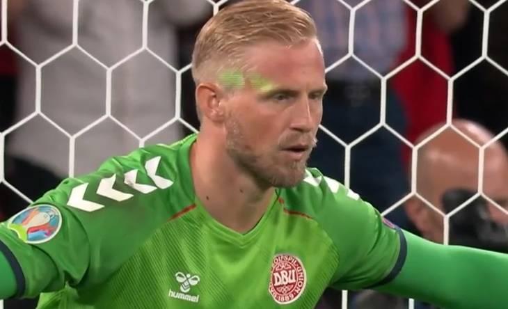 Wajah Schmeichel terkena laser saat bersiap mengejar penalti Kane.  Foto: TV3