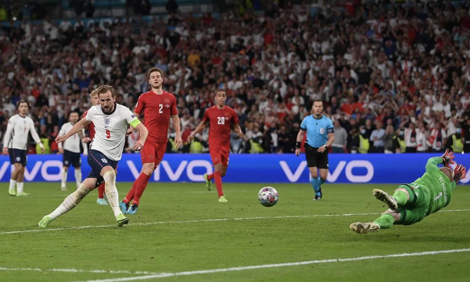 Kane đá bồi ghi bàn từ quả phạt đền tối 7/7, đưa Anh vào chung kết Euro lần đầu tiên. Ảnh: UEFA