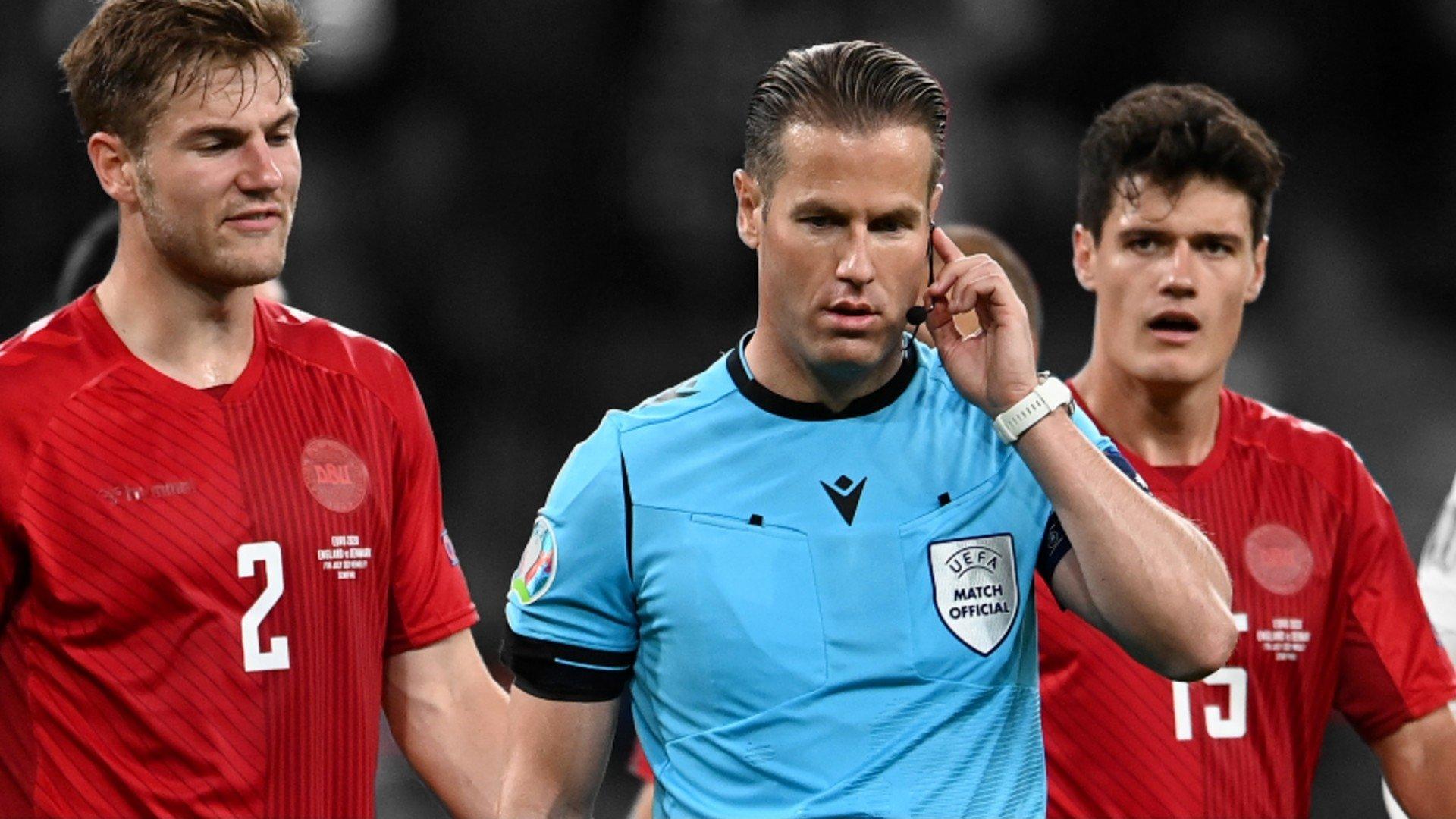 Makkelie bỏ qua việc tham khảo VAR và kiên quyết thổi phạt đền bất chấp sự phản đối của các cầu thủ Đan Mạch. Ảnh: PA