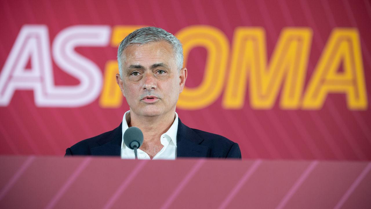 Mourinho lại đáp trả những lời chỉ trích ông ở các đội bóng cũ, ngay trong họp báo đầu tiên ở Roma. Ảnh: Thescore