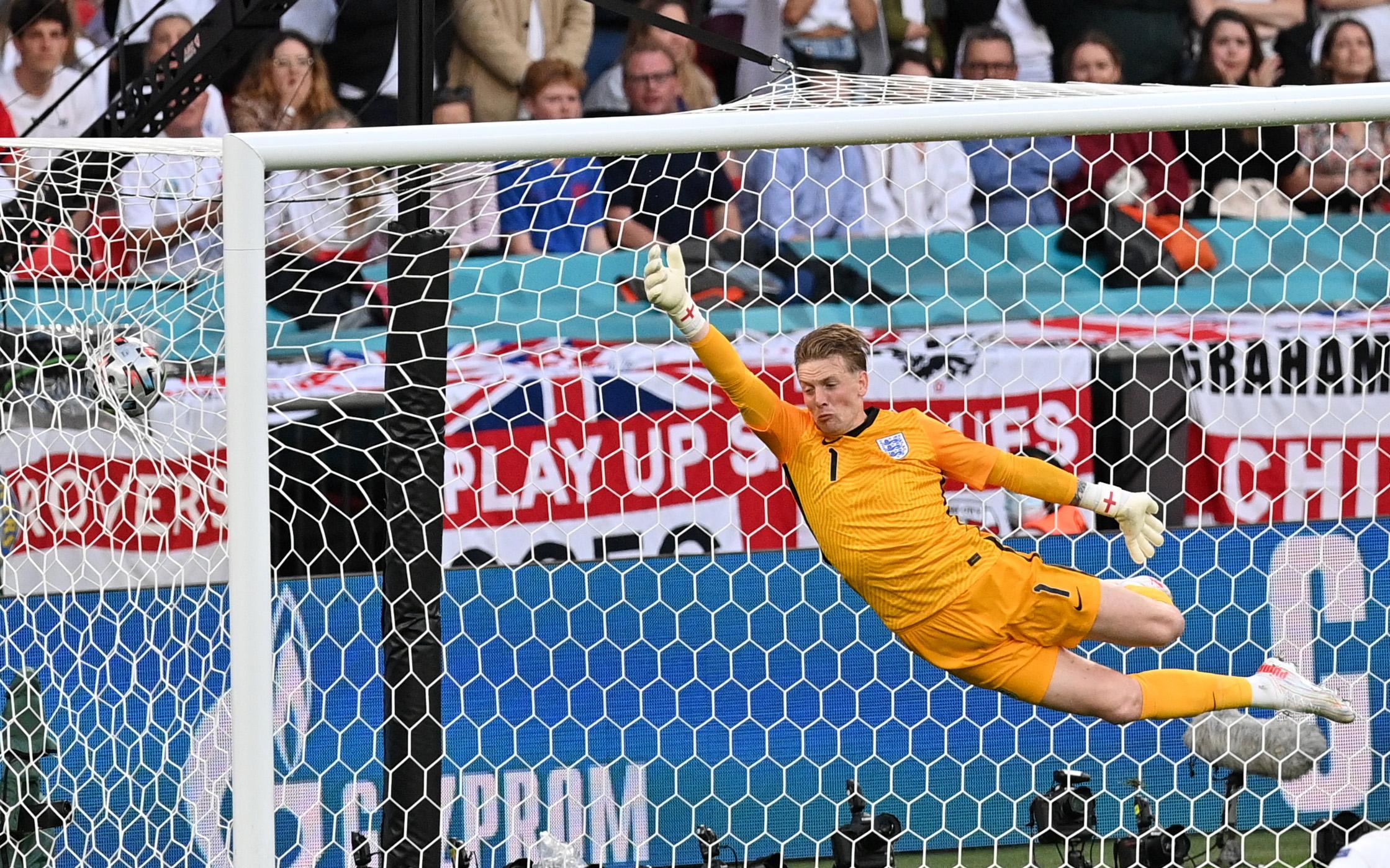 Pickford nhận bàn thua đầu tiên tại Euro 2021 trong trận bán kết Đan Mạch. Ảnh: Reuters