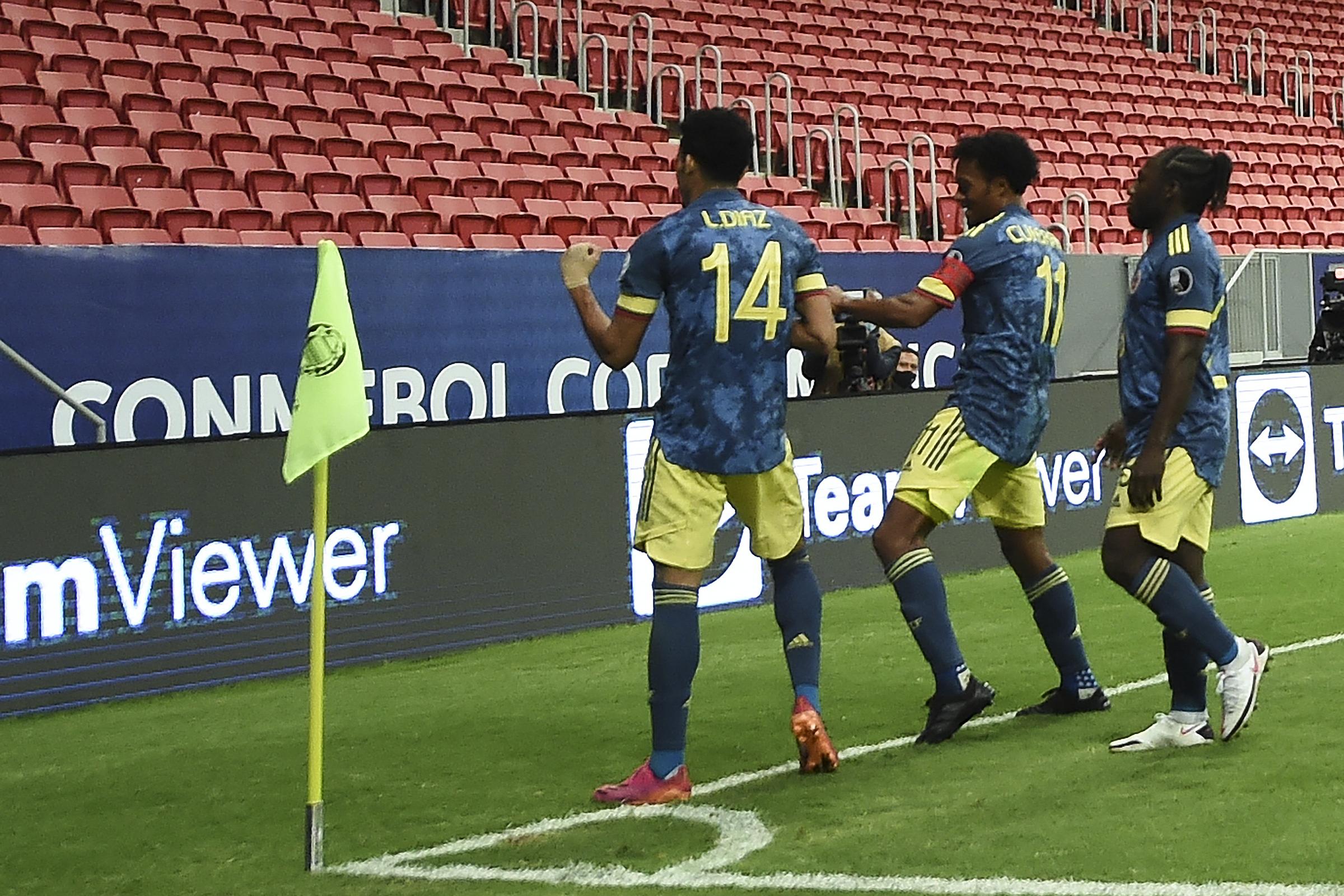 Cầu thủ Colombia mừng bàn thắng trước khán đài trống trong trận hạ Peru 3-2 ở trận tranh HC đồng hôm nay 10/7. Vắng khán giả được xem là một điểm trừ của Copa America 2021. Ảnh: CONMEBOL