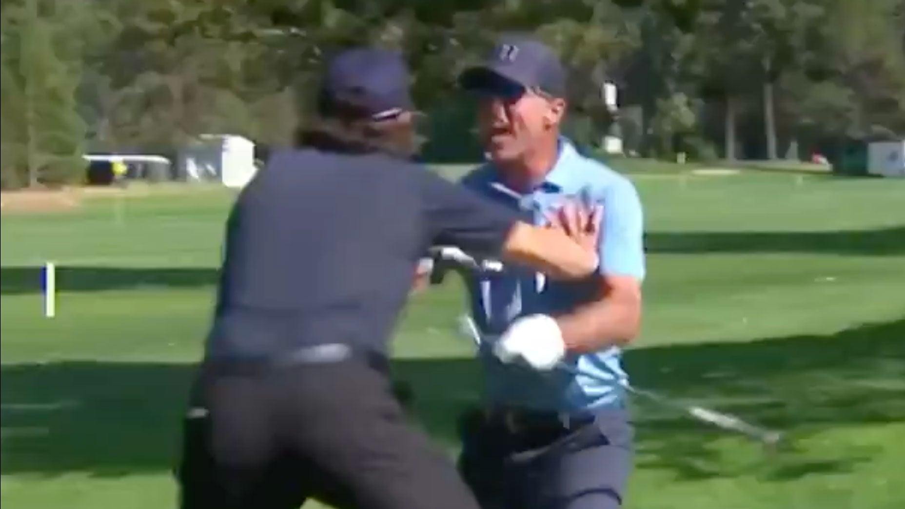 Modano (phải) chia vui với một golfer khác sau pha ghi điểm hiếm.
