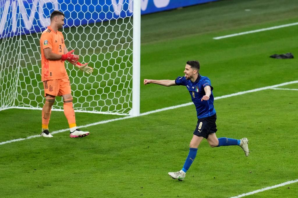 Jorginho merayakan setelah mencetak gol penentu dalam adu penalti untuk membantu Italia mengalahkan Spanyol.  Foto: AFP.