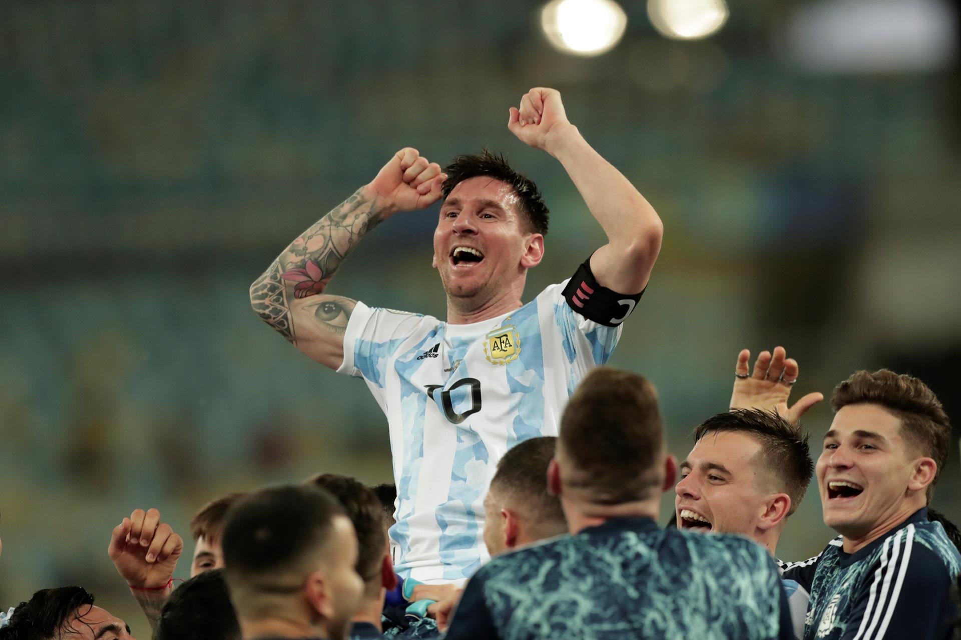 Messi được đồng đội công kênh tung hô sau khoảnh khắc vô địch. Ảnh: Copa America