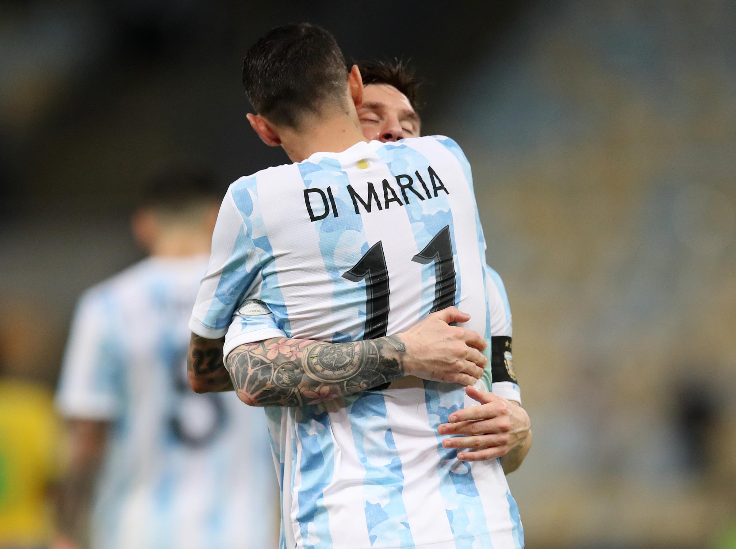 Messi ôm chầm lấy Di Maria ngay sau tiếng còi tan trận trên sân Maracana. Ảnh: AFP