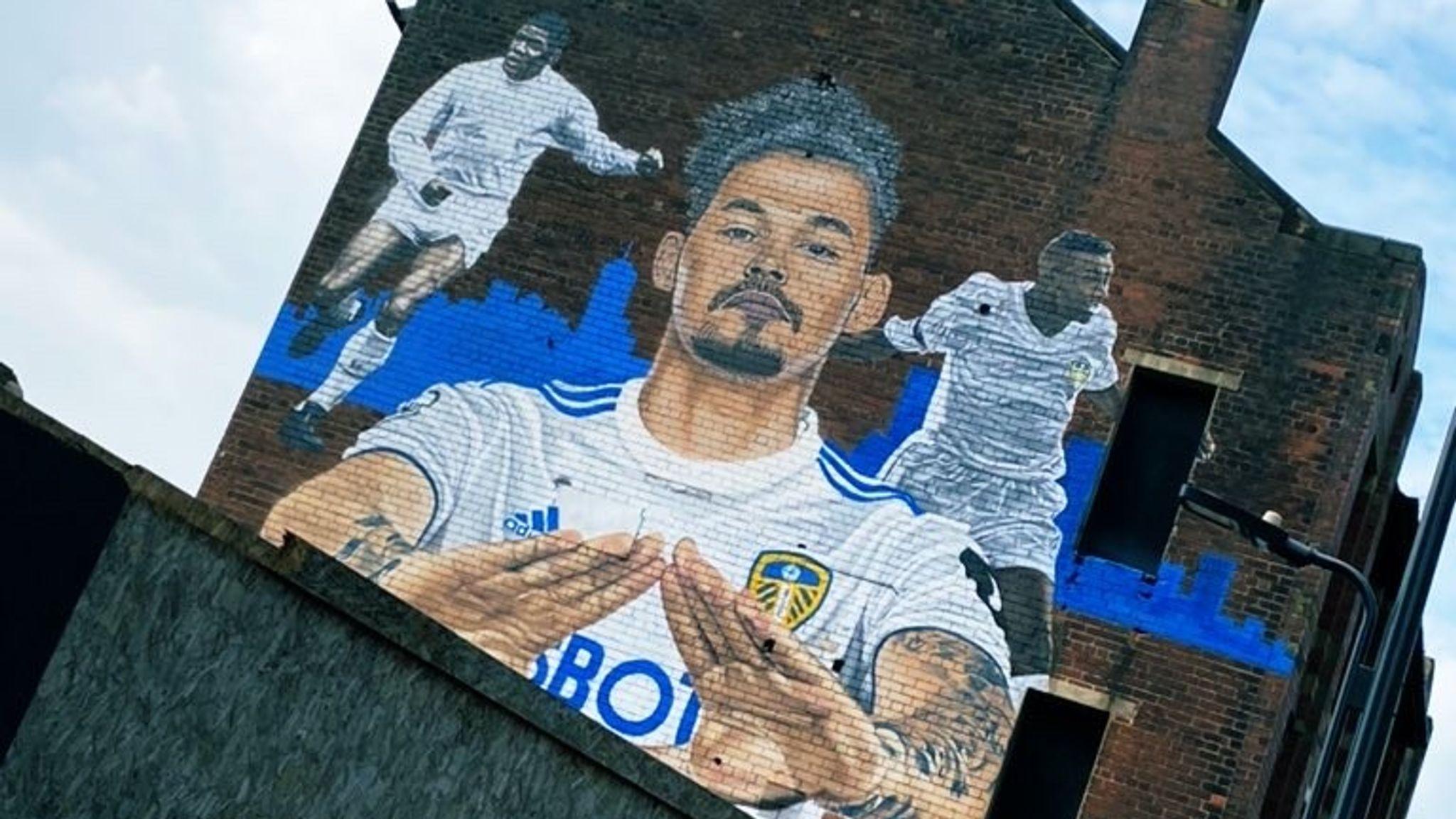 Philipps được người hâm mộ Yorkshire tôn vinh bằng những bức tranh tường ở thành phố Leeds. Ảnh: Sky Sports