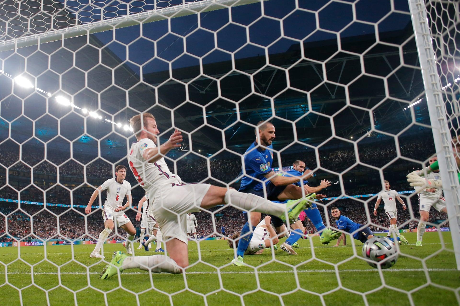 Chiellini cũng tham gia vào tình huống phạt góc dẫn đến bàn gỡ 1-1 của Bonucci trước tuyển Anh trong trận chung kết tại Wembley hôm 11/7. Ảnh: Guardian