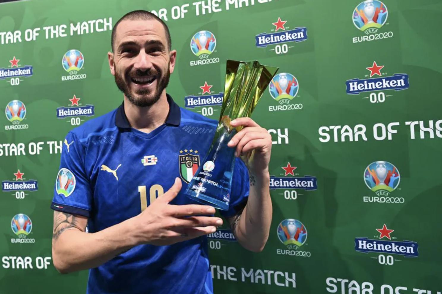 Bek tengah Bonucci dengan penghargaan sebagai pemain terbaik di final Euro 2021. Foto: UEFA