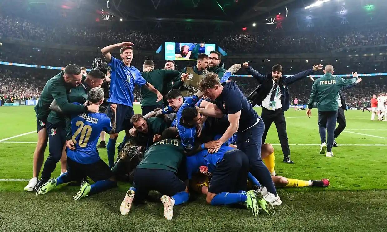 Các cầu thủ và ban huấn luyện Italy chia vui cùng thủ thành Gianluigi Donnarumma sau chiến thắng ở loạt luân lưu chung kết Euro. Ảnh: Pool.