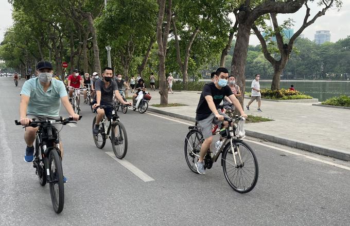 Orang-orang bersepeda di sekitar Danau Hoan Kiem.  Foto: Giang Huy.