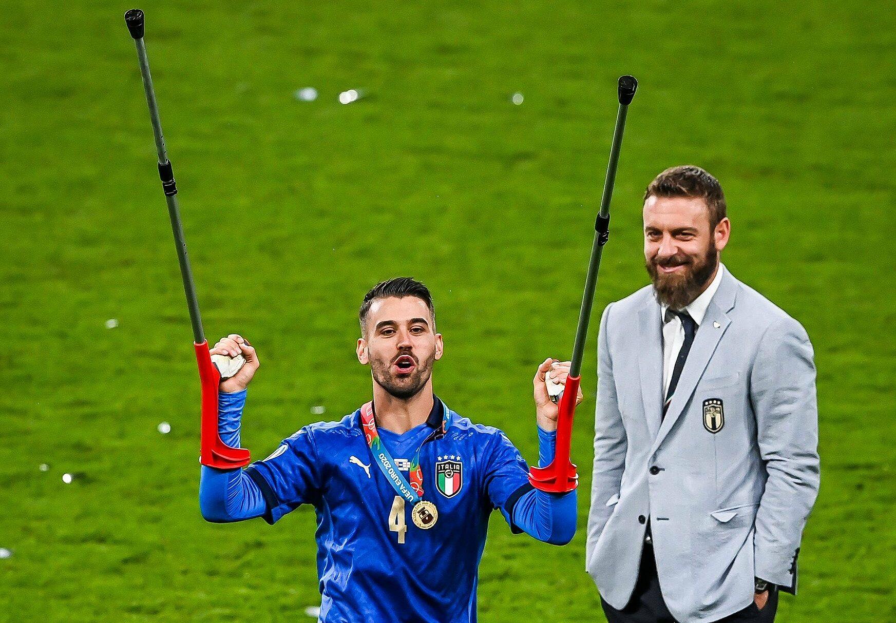 De Rossi (kanan) saat perayaan Italia di Wembley.  Foto: FIGC