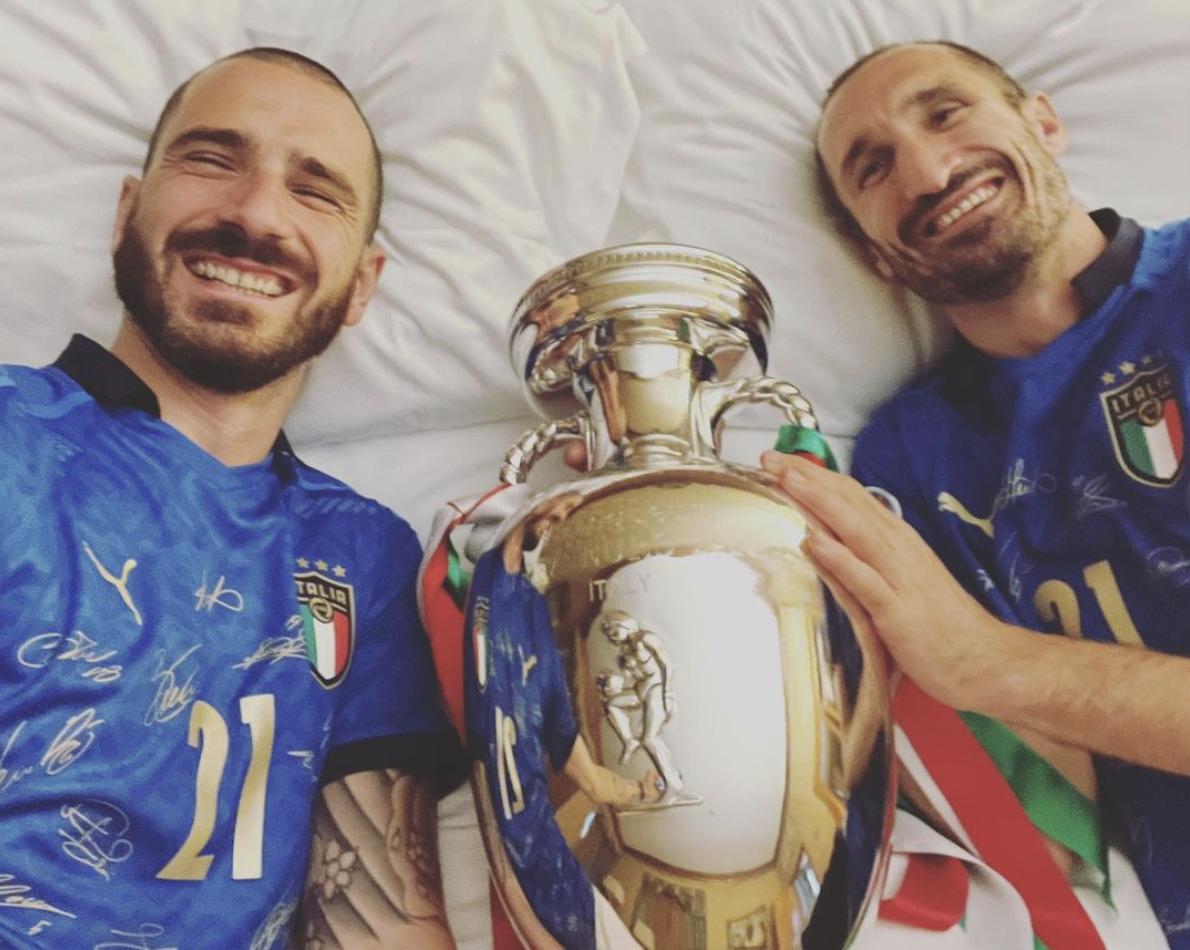 Setelah kejuaraan, Chiellini dan Bonucci juga membagikan foto diri mereka berbaring di tempat tidur dengan komentar: Jangan khawatir, tidurlah dengan nyenyak.  Kami sudah melindunginya.  Tangkapan layar