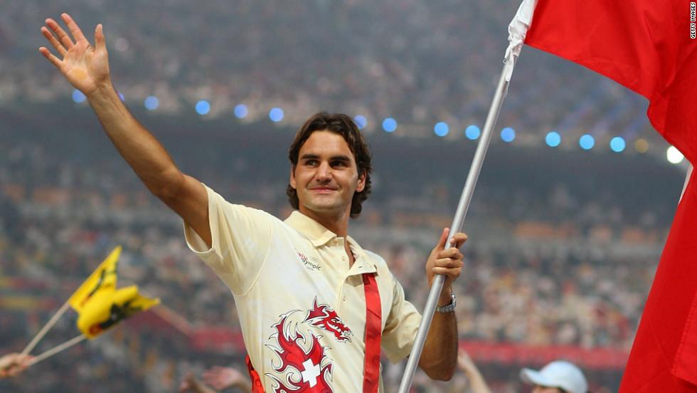 Federer cầm cờ cho đoàn thể thao Thụy Sĩ tai Olympic Bắc Kinh 2008. Ảnh: Reuters