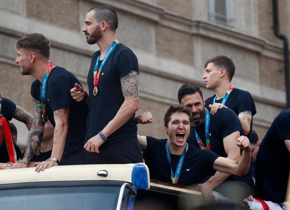 Chiesa giương hai tay bày tỏ sự phấn khích trong lễ diễu hành Cup Euro tại Rome, Italy.