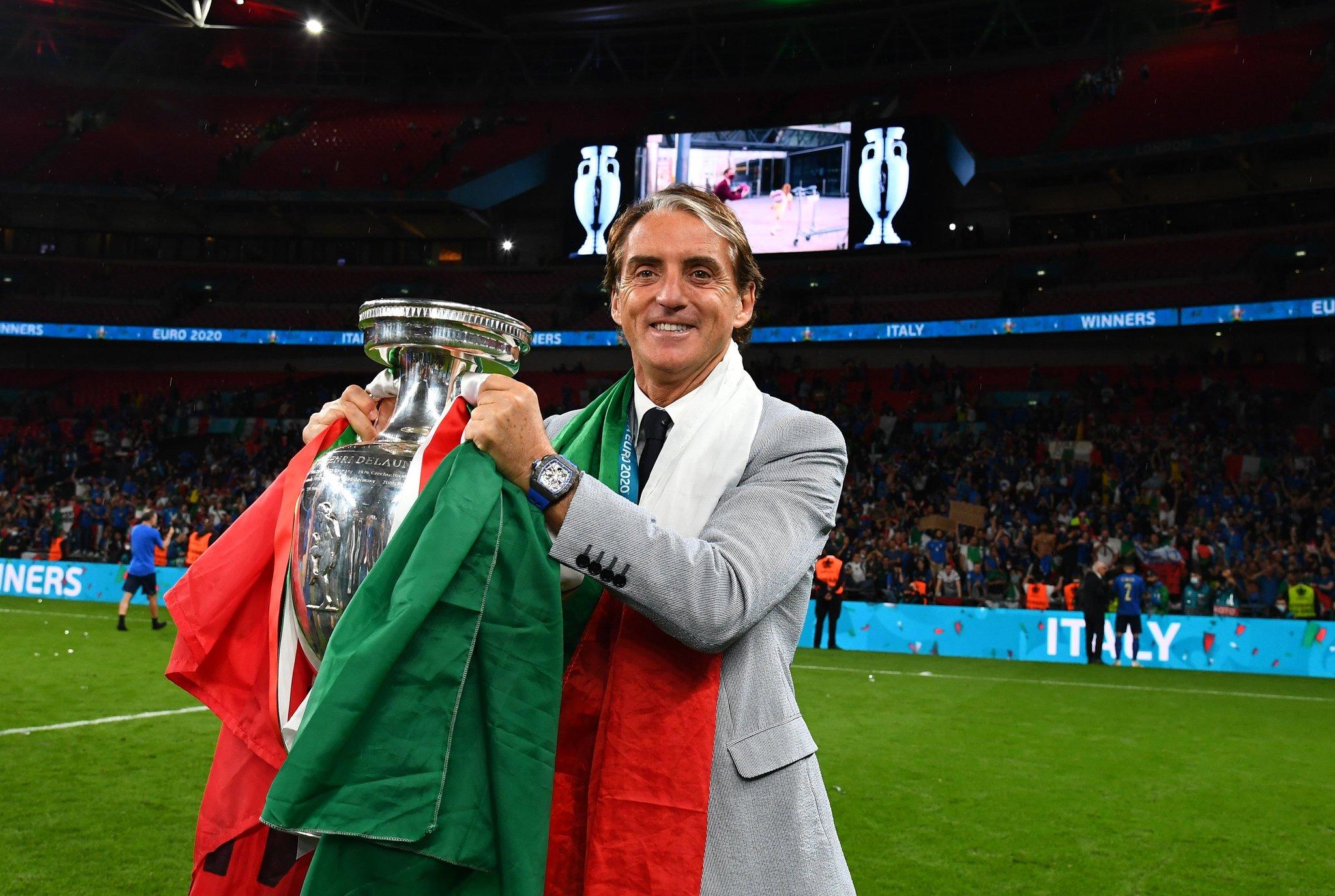 Mancini mừng với chiếc cup vô địch Euro 2021 trên sân Wembley tối 11/7. Ảnh:  FIGC