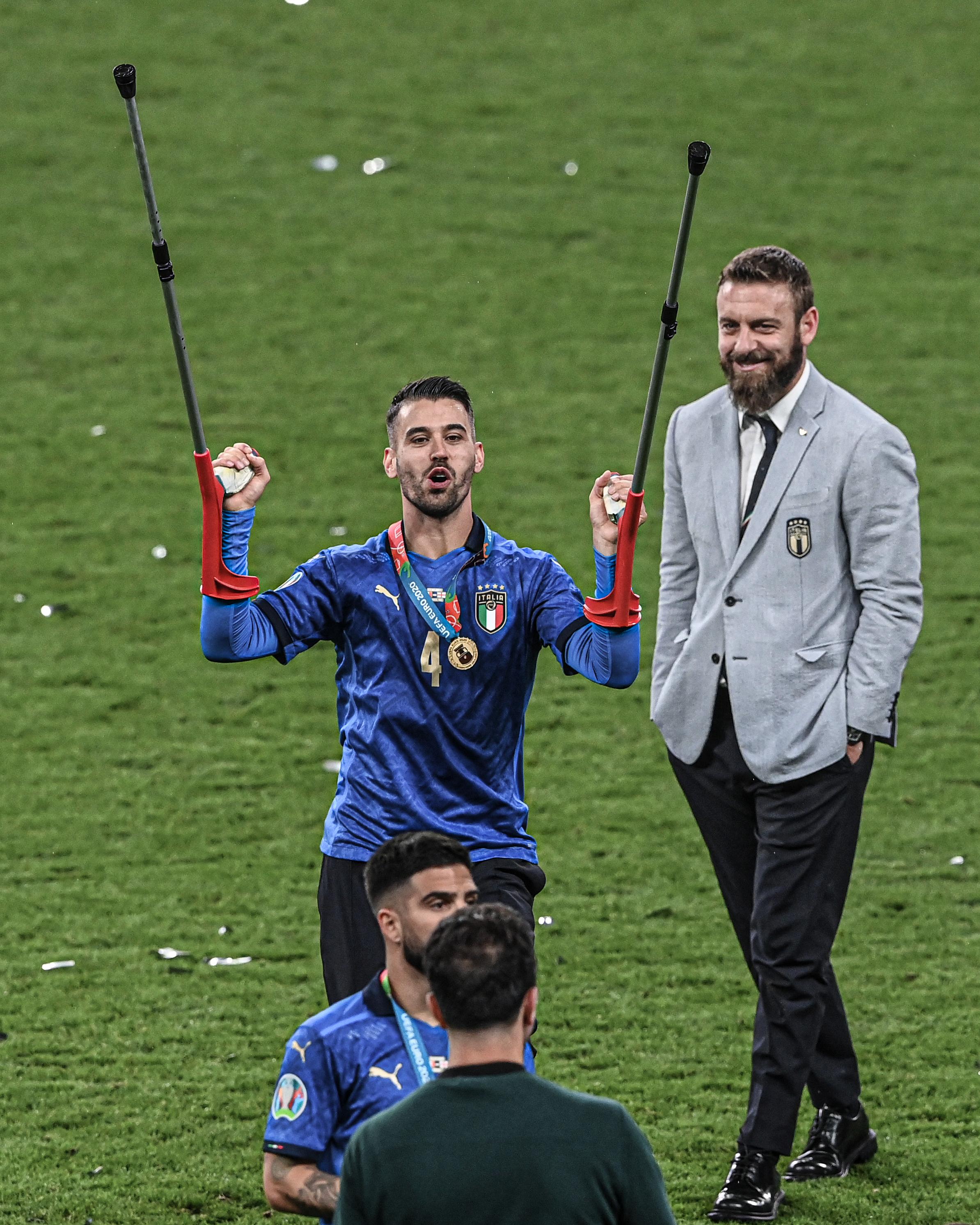 Spinazzola chống nạng tham gia lễ nhận cup và mừng công của Italy trên sân Wembley. Ảnh: FIGC