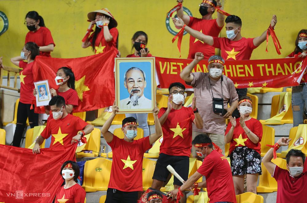 CĐV Việt Nam vào sân cổ vũ cho thầy trò HLV Park Hang-seo tại UAE, ở vòng loại thứ hai World Cup 2022 - khu vực châu Á. Ảnh: Lâm Thoả