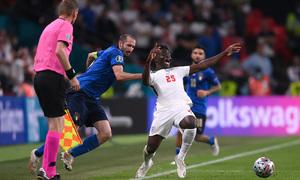 Mourinho: 'Chiellini rất khôn ngoan khi kéo áo Saka'