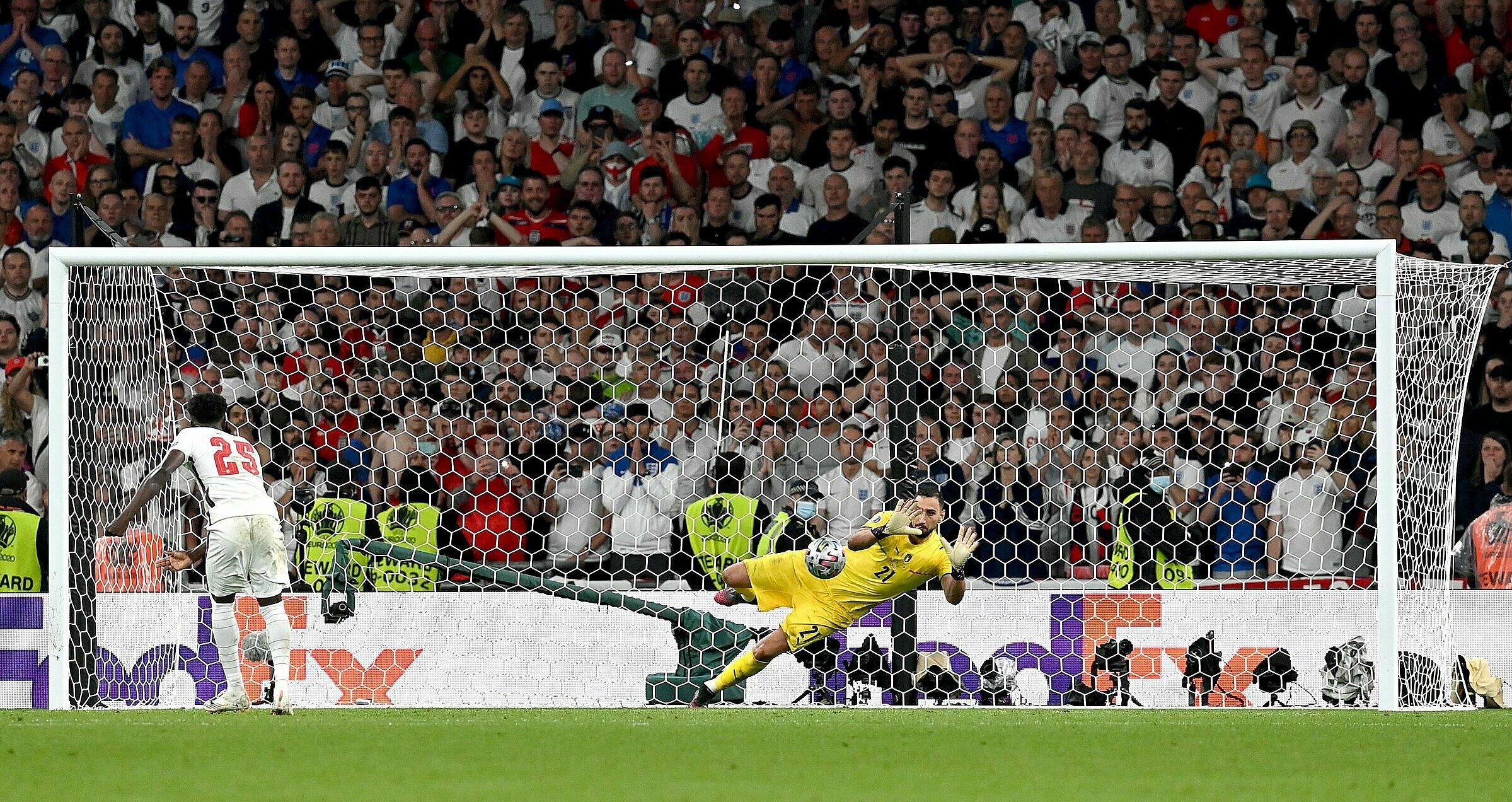 Donnarumma cản cú đá của Saka ở lượt cuối loạt luân lưu trong trận chung kết, giúp Italy vô địch Euro 2021. Ảnh: FIGC
