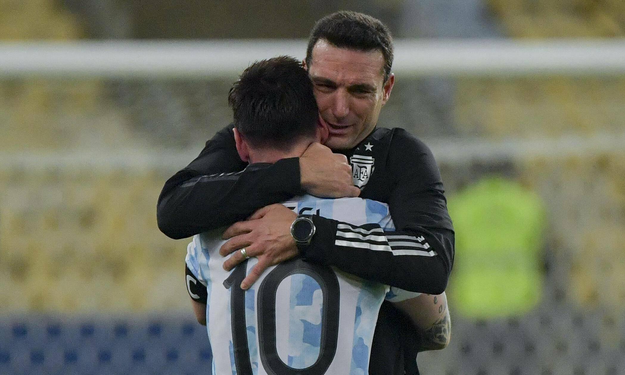 Pelatih Scaloni memeluk Messi setelah Argentina memenangkan Copa America.  Foto: Reuters