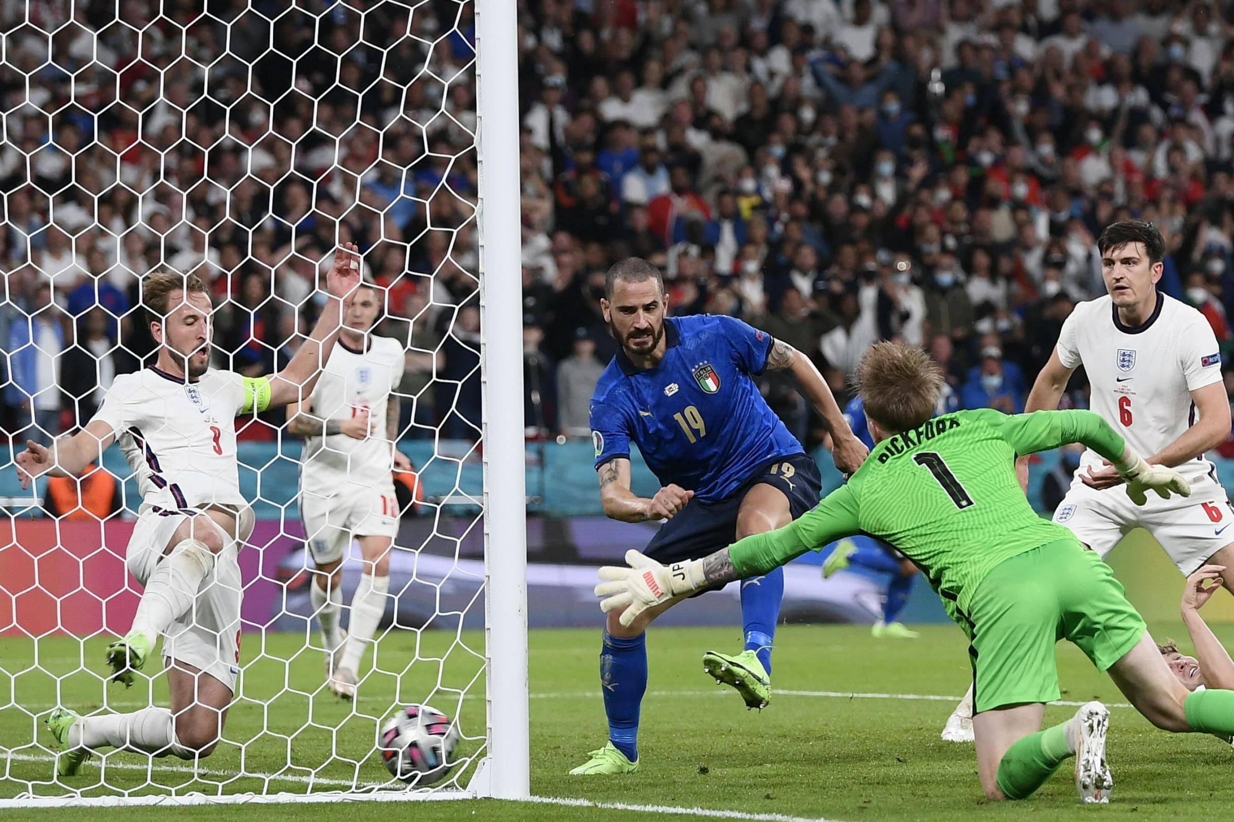 Bonucci (số 19) trong pha làm bàn thứ 12 của các thành viên Juventus tại Euro 2021. Ảnh: PA