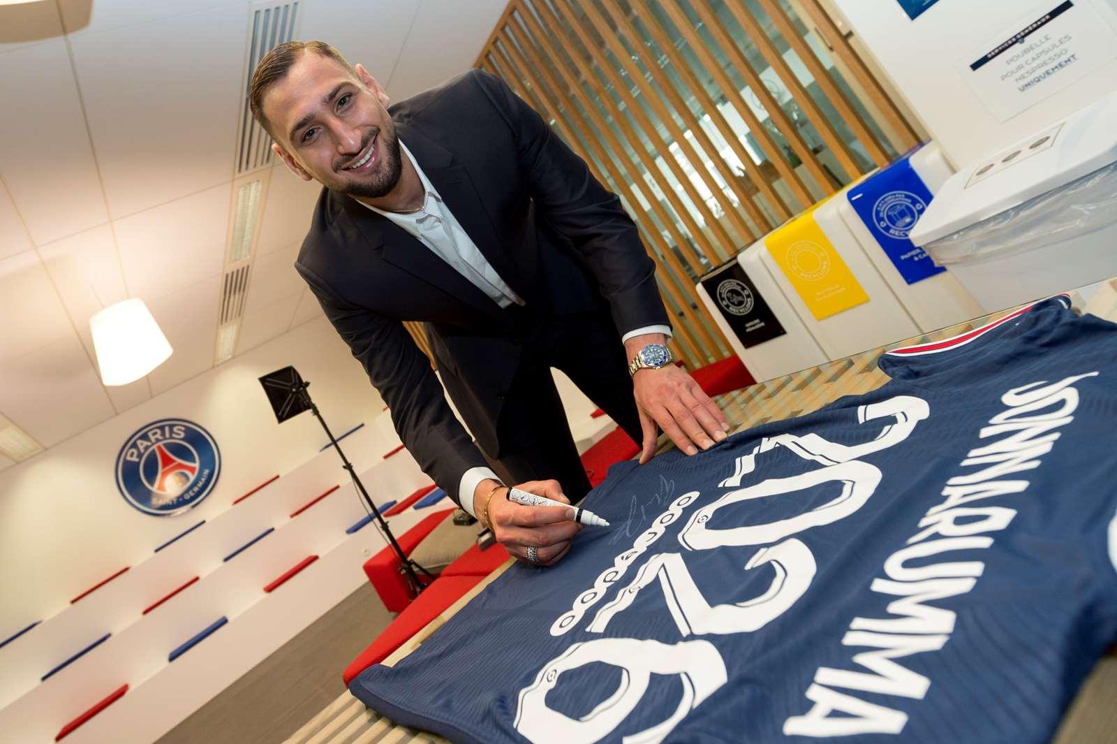 Donnarumma trong lễ ra mắt tại Paris hôm 14/7. Ảnh: PSG.fr
