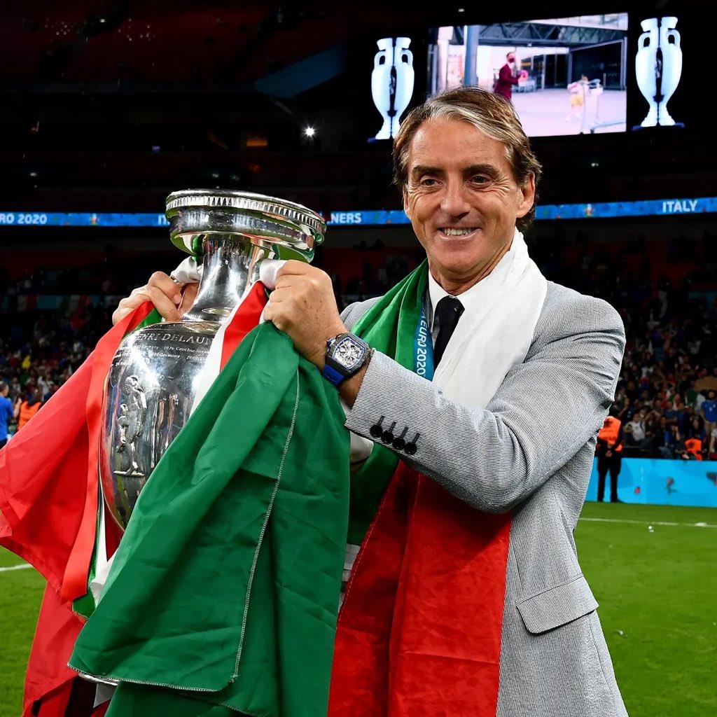 Mancini nâng cúp vô địch Euro trên sân Wembley hôm 11/7. Ảnh: FIGC