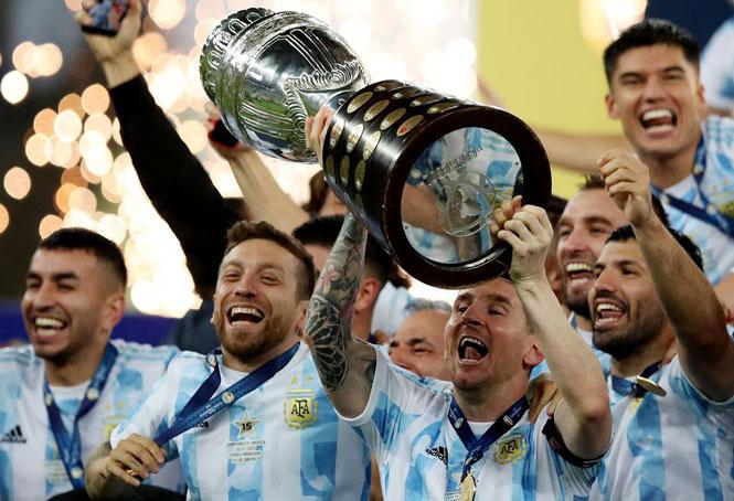 Khi đăng quang Copa America với đội tuyển Argentina hôm 10/7, Messi là cầu thủ không có CLB. Ảnh: Reuters.
