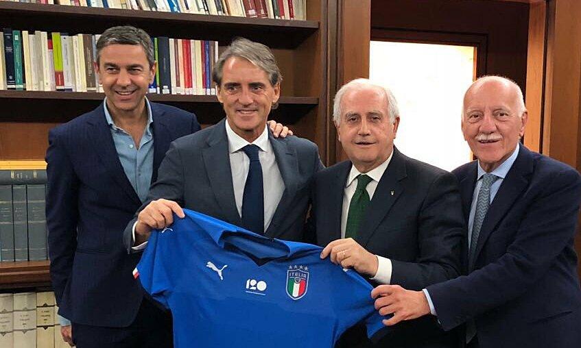 Costacurta (trái) trong lễ bổ nhiệm Mancini làm HLV tuyển Italy hôm 14/5/2018. Ảnh: FIGC