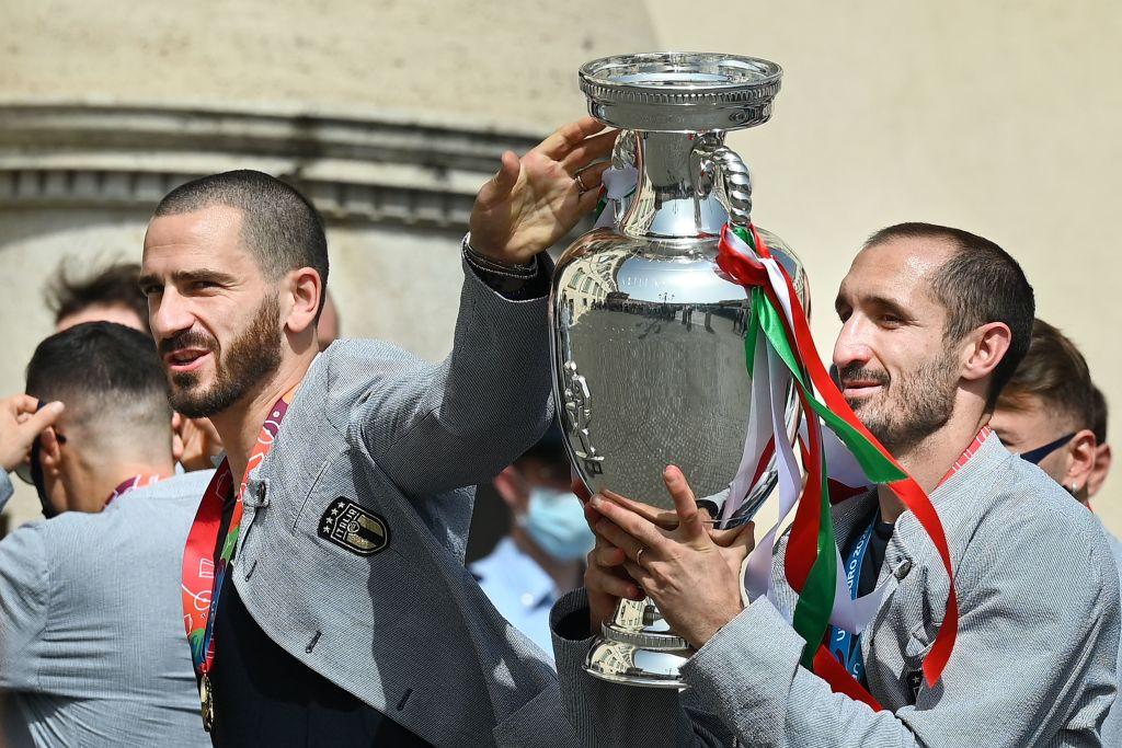 Sắp sang tuổi 37, nhưng Chiellini (phải) vẫn có thể hữu ích cho chiến dịch World Cup 2022 của Italy vì kinh nghiệm dày dạn và sự ăn ý giữa anh với Bonucci. Ảnh: FIGC