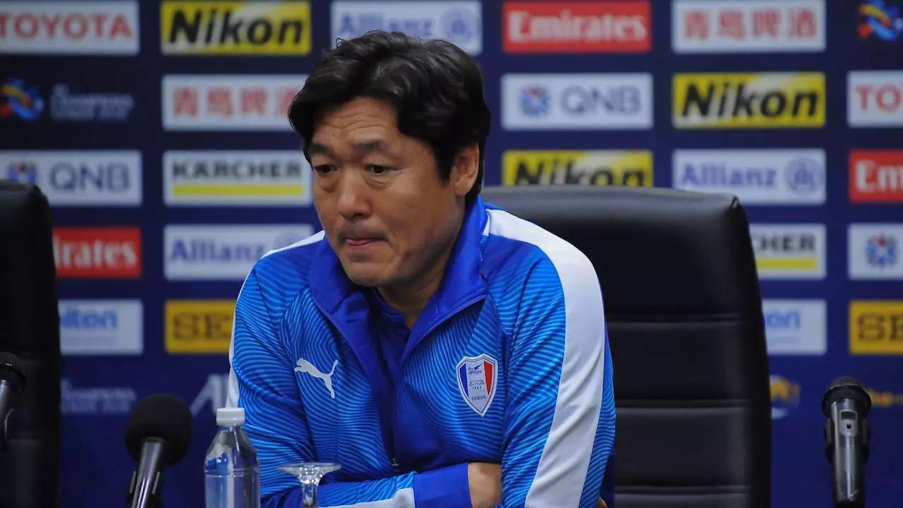 Ông Lee Lim-saeng thời còn dẫn dắt CLB Suwon. Ảnh: Siamsports