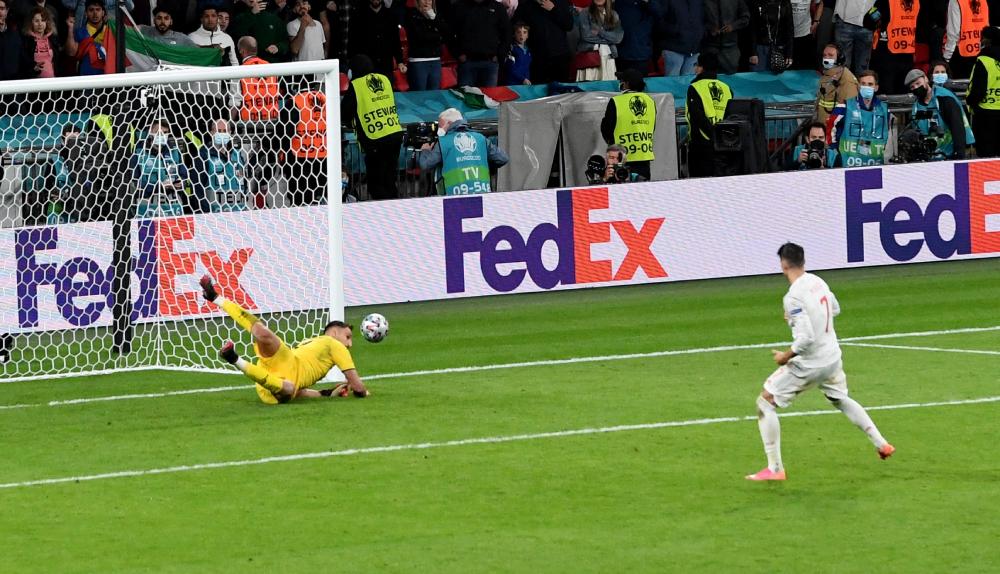 Morata gagal mengeksekusi penalti, menyebabkan Spanyol kalah 2-4 dari Italia dalam adu penalti semifinal.  Foto: Reuters.