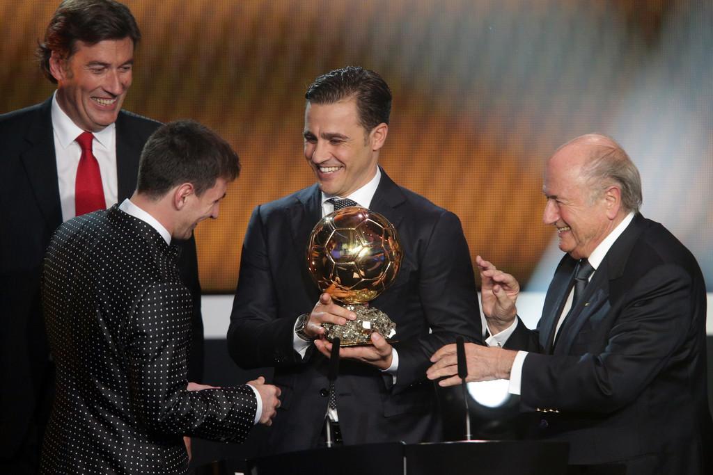 Cannavaro (giữa) trao Quả bóng Vàng 2012 cho Lionel Messi. Ảnh: France Football
