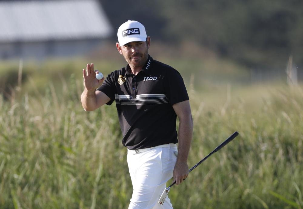 Oosthuizen thanked the fans for their support while walking on the 14th hole of the second round of The Open on July 16.  Photo: AP