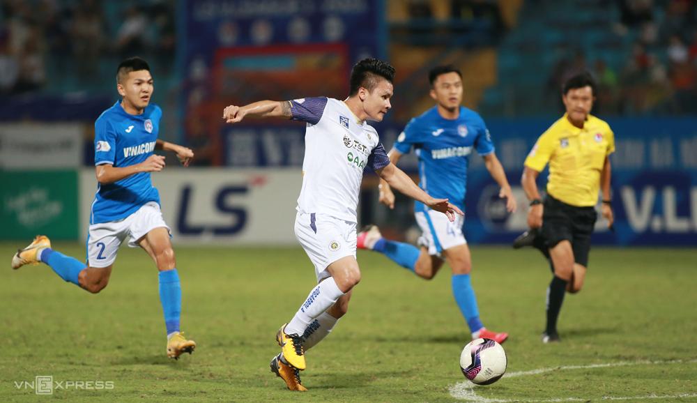 V-League 2021 gặp khó khăn khi Covid-19 liên tục bùng phát. Ảnh: Lâm Thoả