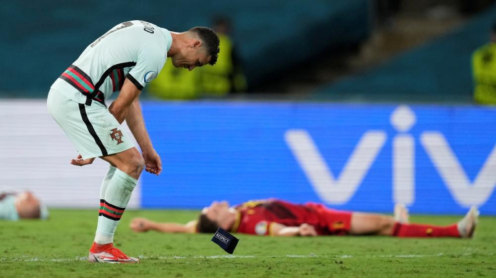 Ronaldo ném băng đội trưởng sau trận thua Bỉ ở Euro. Ảnh: Reuters.