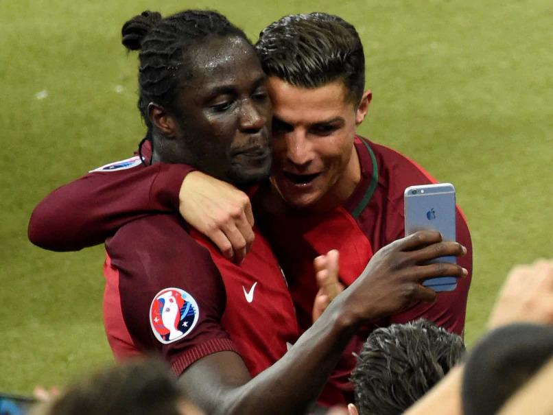 Eder chụp ảnh lưu niệm với Ronaldo sau khi Bồ Đào Nha vô địch Euro 2016. Ảnh: Sky Sports
