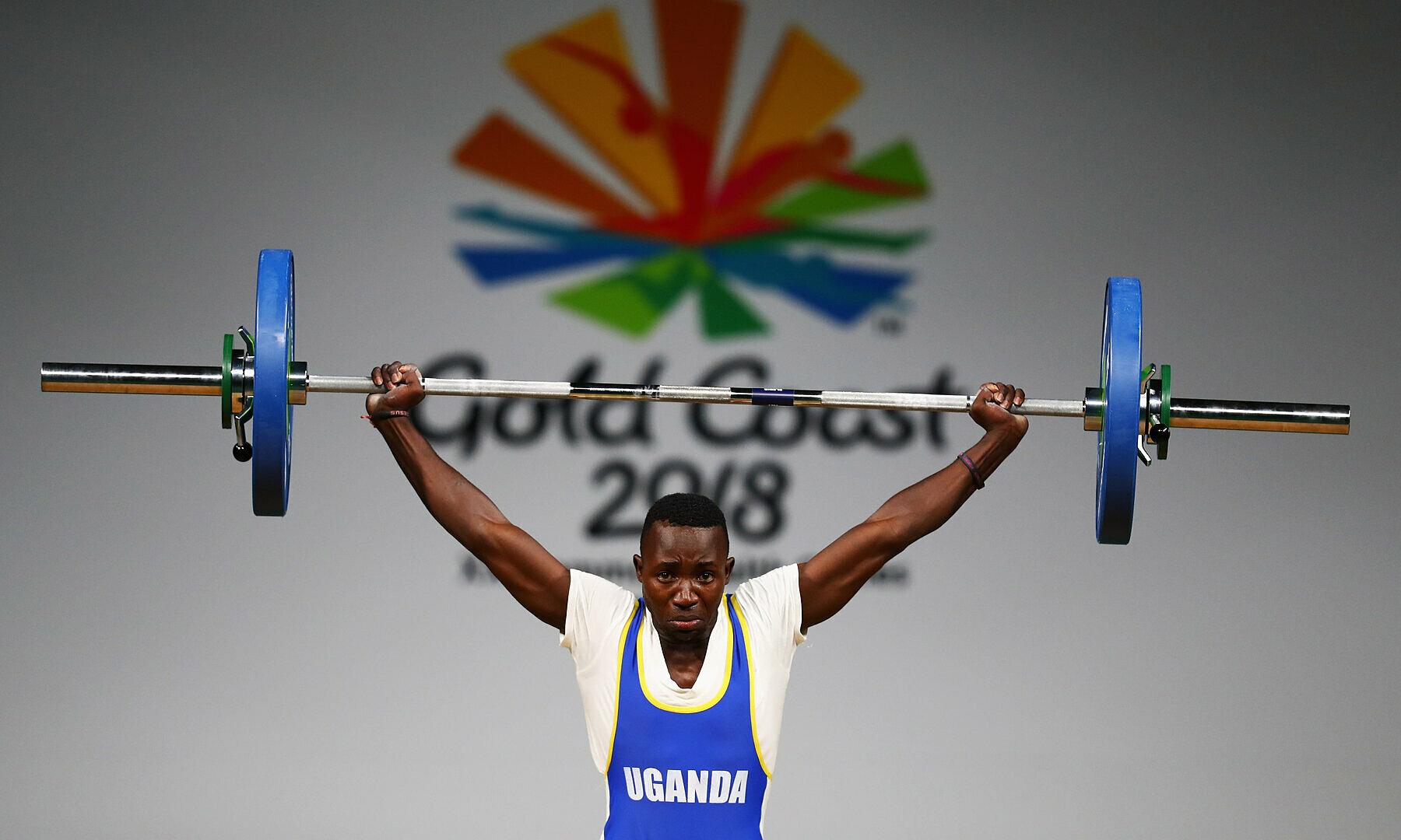 Julius Ssekitoleko bersaing di kelas berat 56kg, memenangkan medali perunggu di angkat besi muda Afrika.  Foto: NYTimes
