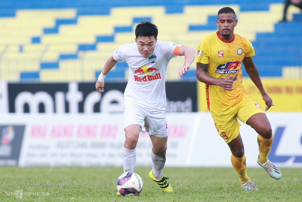 HAGL (baju putih) memimpin V-League 2021 dengan 29 poin, tiga poin lebih banyak dari tim di belakang Viettel.  Foto: Lam Thoa