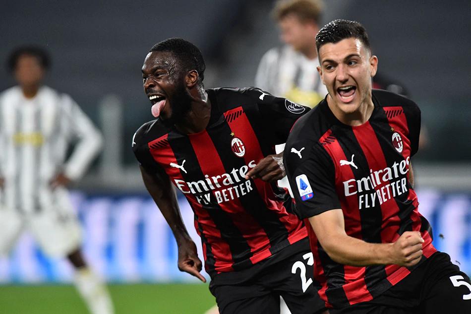 Tomori (áo đỏ đen, trái) giúp Milan về thứ hai Serie A 2020-2021. Ảnh: Reuters.