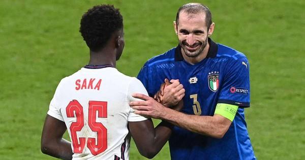 Chiellini (baju biru) melakukan banyak trik melawan Saka di final.  Foto: Reuters.