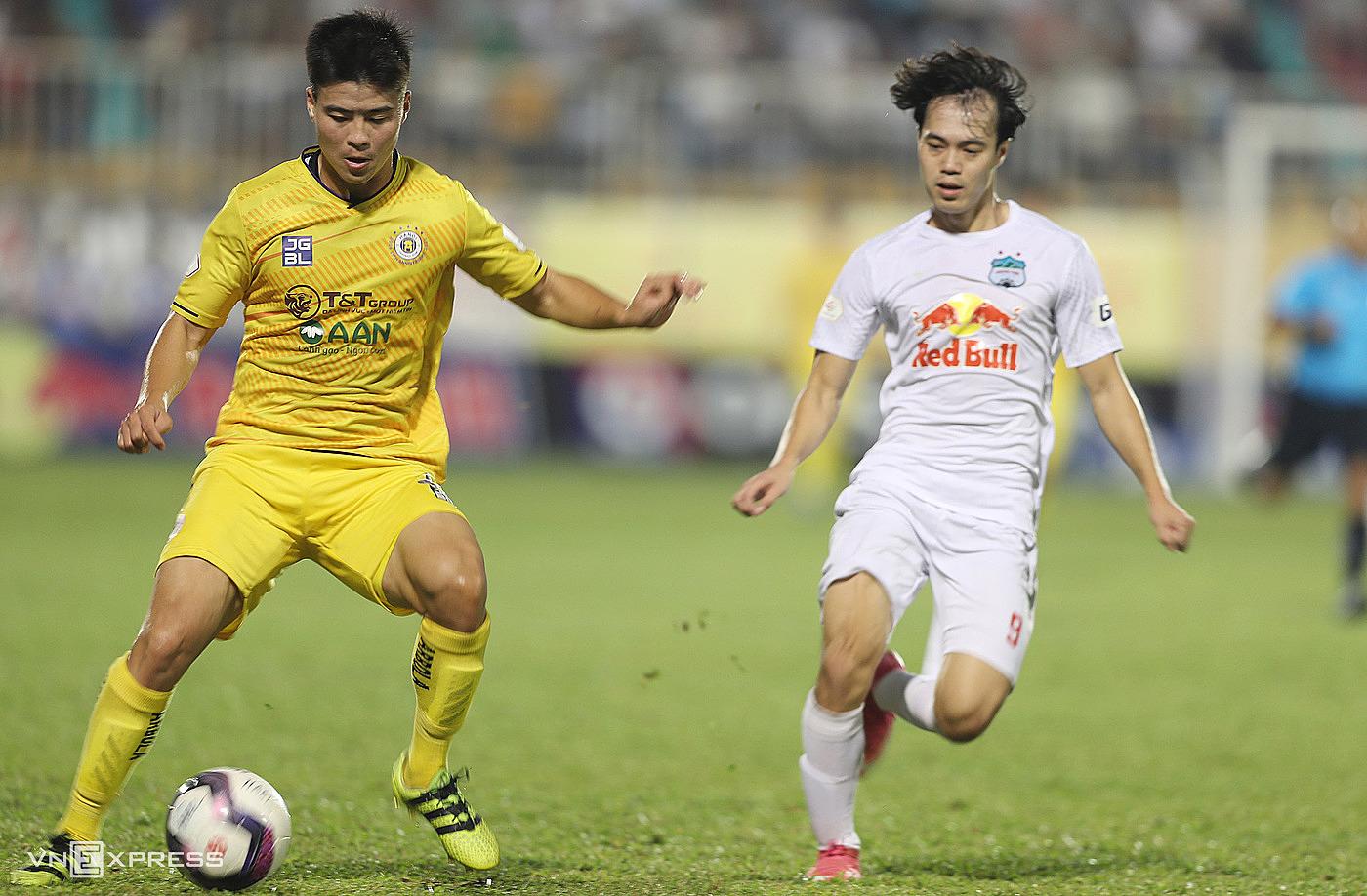 Jika disetujui oleh VFF, V-League 2021 akan dipindahkan ke 2022. Foto: Duc Dong.