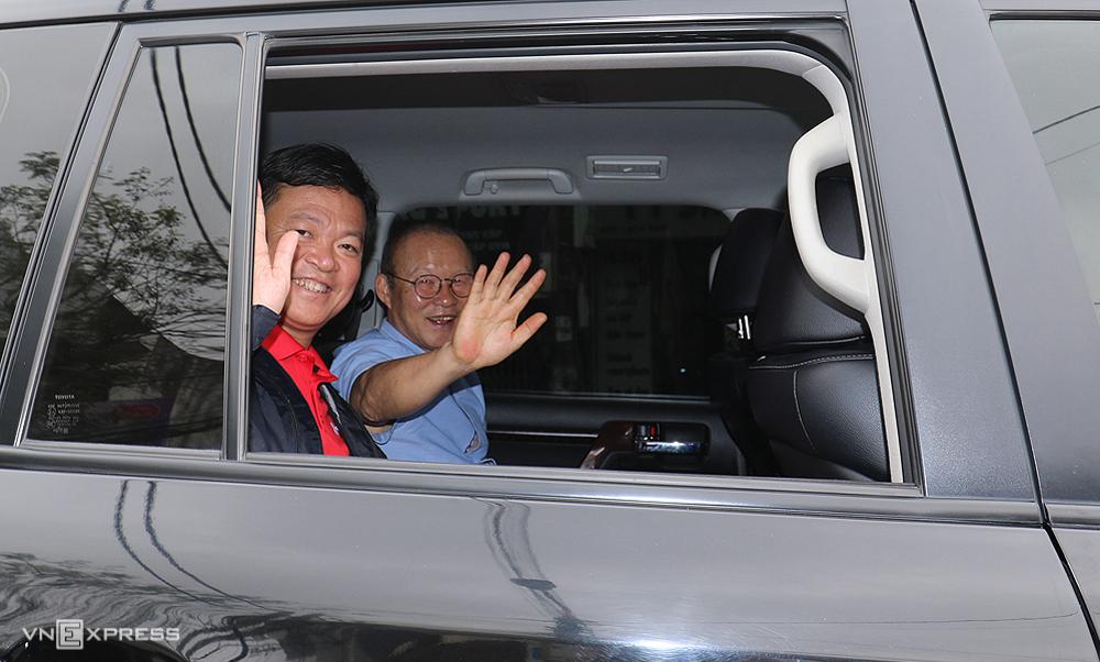 Ông Văn Trần Hoàn đón HLV Park Hang-seo đến sân Lạch Tray xem Hải Phòng đối đầu HAGL ngày 17/3/2018. Ảnh:Lâm Thoả.