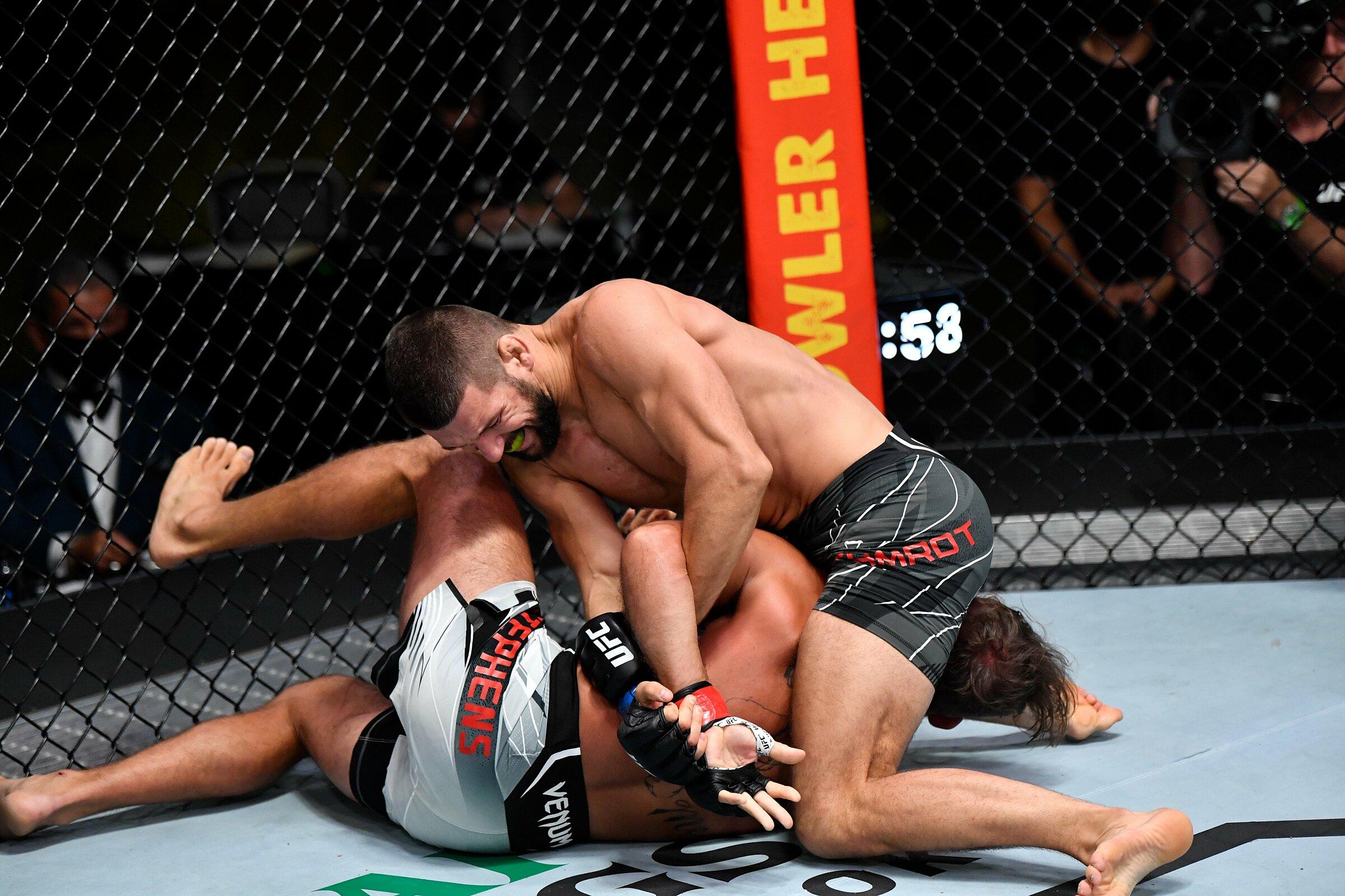 Gamrot trong đòn khoá khiến Stephens phải xin hàng. Ảnh: UFC