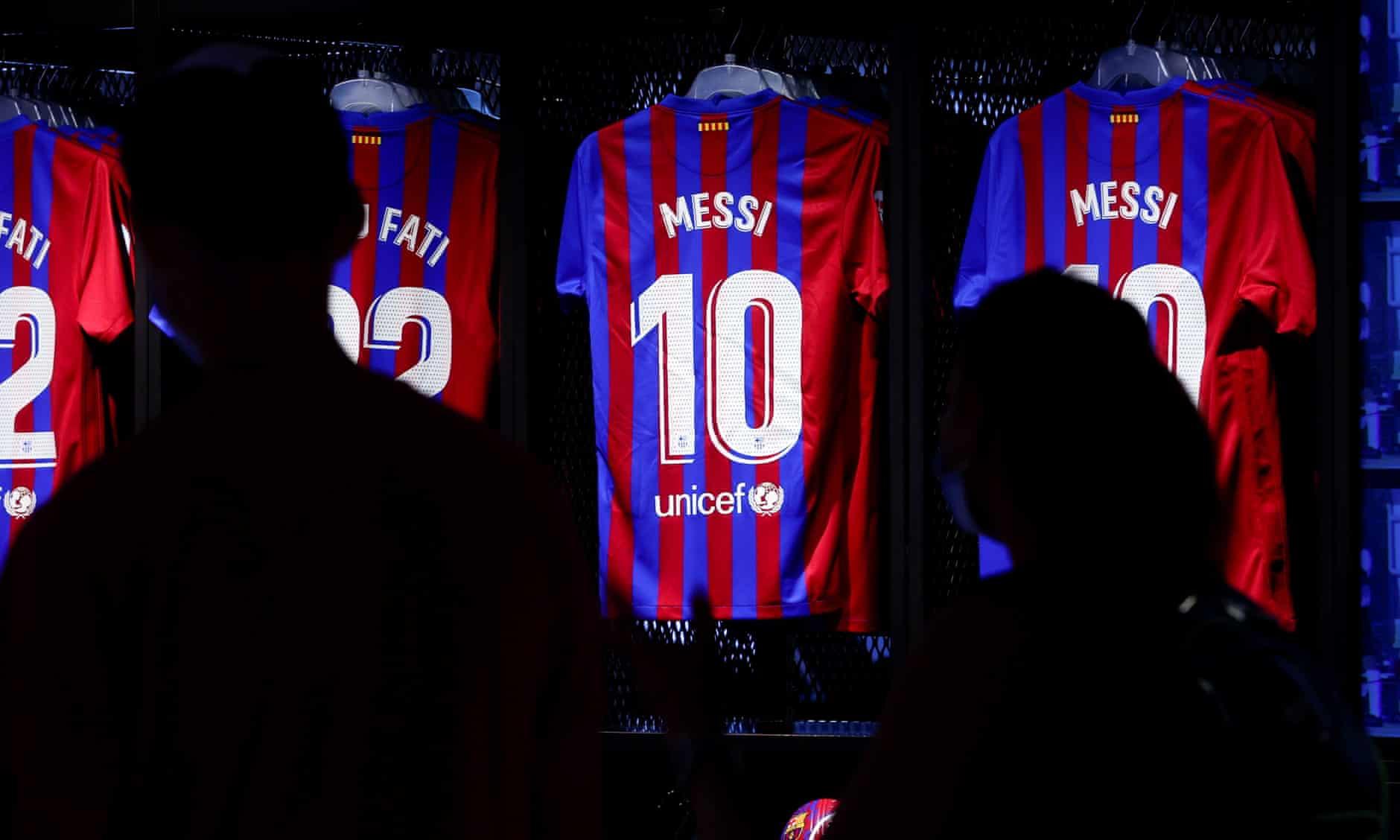 Messi masuk dalam koleksi jersey musim 2021-2022 yang diluncurkan Barca ke pasaran, namun ia masih berstatus bebas, karena belum terikat kontrak dengan klub.  Foto: EPA
