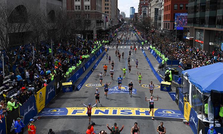 Các vận động viên vui mừng khi về đích tại Boston Marathon hôm 15/4/2019. Ảnh: AP.