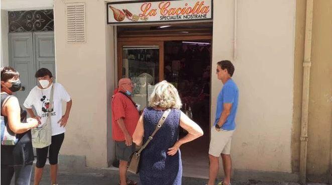 Mancini xếp hàng bên ngoài tiệm đồ ăn ở quê nhà Ancona hôm 20/7. Ảnh: Corriere della Sera
