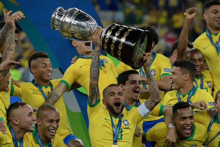 Alves adalah kapten tim Brasil saat dinobatkan sebagai Copa America 2019. Foto: ES.