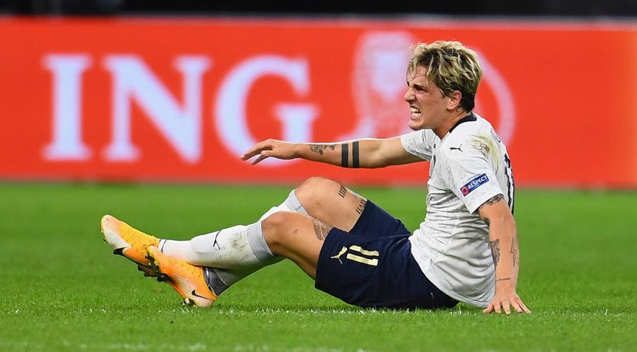 Zaniolo chấn thương khi chơi cho tuyển Italy hồi tháng 9/2020. Ảnh: Gallo.